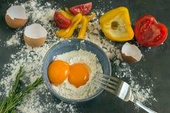 nya landsägg Äggulor av ägg i en blå keramisk bunke kock Royaltyfri Foto