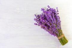 Nya lavendelblommor på fritt utrymme för vit wood tabellbakgrund arkivbild