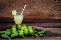 Nya limefrukter på träbakgrund royaltyfria bilder