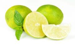 Nya limefrukter som isoleras på white Arkivbild