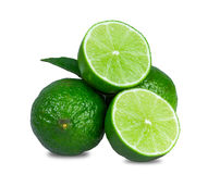 Nya limefrukter som skivas som isoleras på vit Royaltyfri Foto