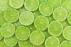Nya limefruktskivor som en bakgrund royaltyfria foton
