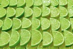 Nya limefruktskivor som en bakgrund arkivbild