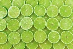Nya limefruktskivor som en bakgrund royaltyfri foto