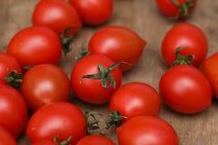 Nya ljusa och saftiga tomater på köket Arkivbilder