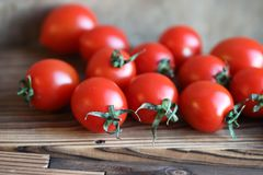 Nya ljusa och saftiga tomater på köket Arkivfoton
