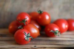 Nya ljusa och saftiga tomater på köket Royaltyfria Bilder