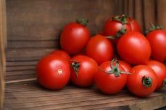 Nya ljusa och saftiga tomater på köket Arkivfoto