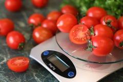Nya ljusa och saftiga tomater på köket Arkivbild