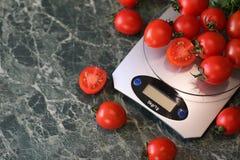 Nya ljusa och saftiga tomater på köket Fotografering för Bildbyråer