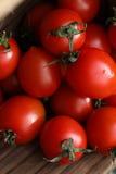 Nya ljusa och saftiga tomater på köket Royaltyfri Fotografi