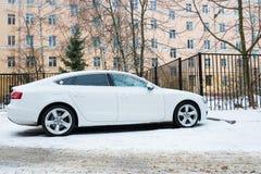 Nya lyxiga Audi A5 Sportback som parkeras i vintergata Arkivbilder
