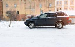 Nya lyxiga Volvo XC 90 som parkeras i vinterafton Royaltyfri Foto