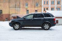 Nya lyxiga Volvo XC 90 som parkeras i vintergata Royaltyfri Bild
