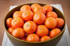 Nya mandarinapelsiner i stor träbunke Royaltyfria Foton
