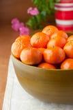 Nya mandarinapelsiner i stor träbunke Arkivbild