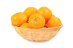 Nya mandarines i disk för frukt över vit Royaltyfria Bilder