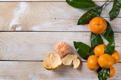 Nya mandarines på trätabellen Royaltyfri Fotografi