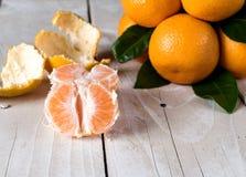 Nya mandarines på trätabellen Royaltyfri Bild