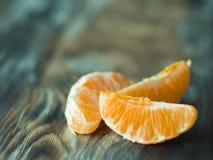 Nya mandarinesskivor på trätabellen, slut upp Royaltyfri Fotografi