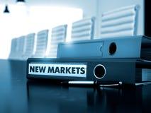 Nya marknader på kontorsmapp tonad bild 3d Arkivfoton