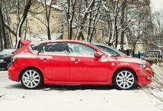 Nya Mazda 3 Axela som parkeras i vintergata Arkivbilder