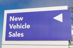 Nya medel undertecknar på en bilåterförsäljare II royaltyfri bild