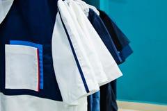 Nya medicinska kläder i lagret Arkivbild