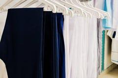 Nya medicinska kläder i lagret Arkivfoto