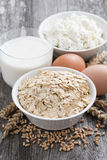nya mejeriprodukter - havremjölet, ägg, keso och mjölkar fotografering för bildbyråer
