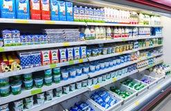 Nya mejeriprodukter ordnar till till salu i supermarket Royaltyfri Fotografi