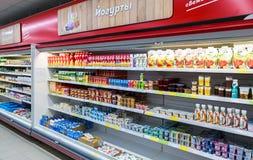 Nya mejeriprodukter ordnar till till salu i supermarket Arkivfoto