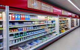 Nya mejeriprodukter ordnar till till salu i supermarket Royaltyfri Bild