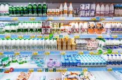 Nya mejeriprodukter ordnar till till salu i supermarket Royaltyfria Bilder