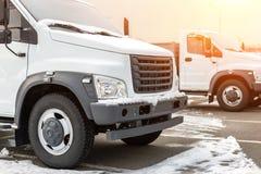 Nya mellersta formatlastbilar på återförsäljaren som parkerar det fria på vintern Lastbilservice och underhåll Leverera och lager royaltyfria foton