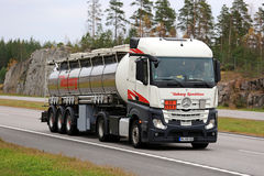 Nya Mercedes-Benz Actros Semi Tanker på vägen Royaltyfria Bilder