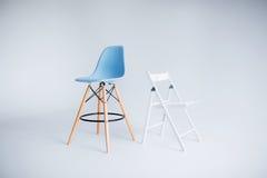 Nya moderna stolar i vit- och blåttanseende i vitt rum Fotografering för Bildbyråer