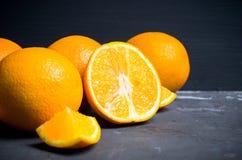 Nya mogna apelsiner i träspjällådan Arkivfoton