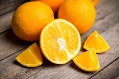 Nya mogna apelsiner i träspjällådan Arkivfoto