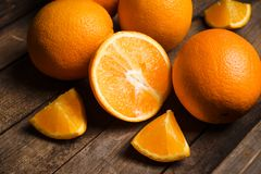 Nya mogna apelsiner i träspjällådan Fotografering för Bildbyråer