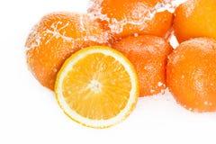 Nya mogna apelsiner med vattendroppar som isoleras på vit, nya frukter som faller i vattenfärgstänk Fotografering för Bildbyråer