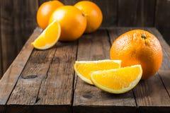 Nya mogna apelsiner och skivor av apelsiner Arkivfoton