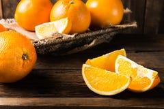 Nya mogna apelsiner och skivor av apelsiner Fotografering för Bildbyråer