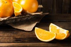 Nya mogna apelsiner och skivor av apelsiner Arkivfoto