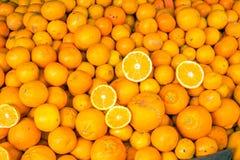 Nya mogna apelsiner som är till salu på en marknad Royaltyfria Foton