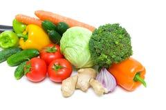 Nya mogna grönsaker på vit bakgrund Arkivbilder