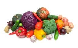 Nya mogna grönsaker på vit bakgrund Royaltyfria Foton