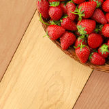 Nya mogna jordgubbar i korgen - fyrkantig sammansättning fotografering för bildbyråer