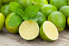 Nya mogna limefrukter med mintkaramellen Royaltyfria Bilder