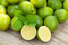 Nya mogna limefrukter med mintkaramellen Arkivfoto